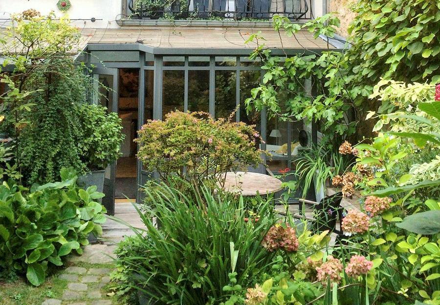 Hortensias dans un jardin secret à Paris