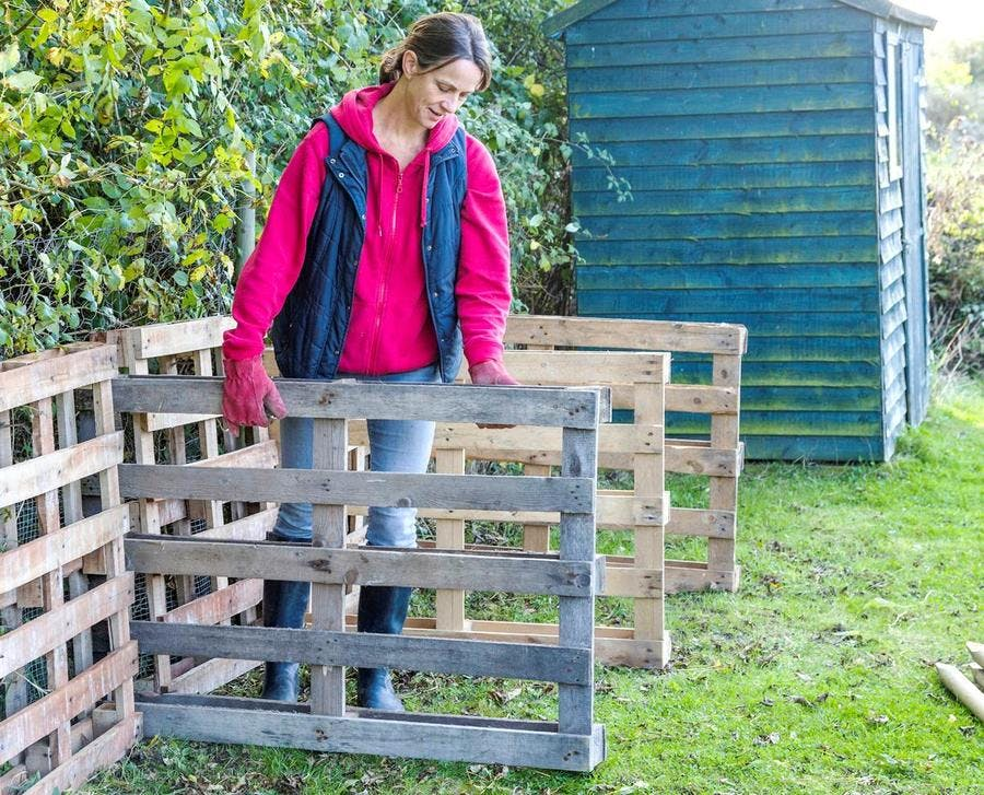 Positionner les palettes pour fabriquer le composteur en bois