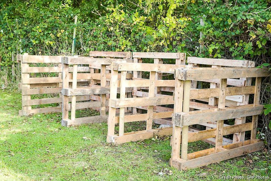Composteur en bois au fond du jardin
