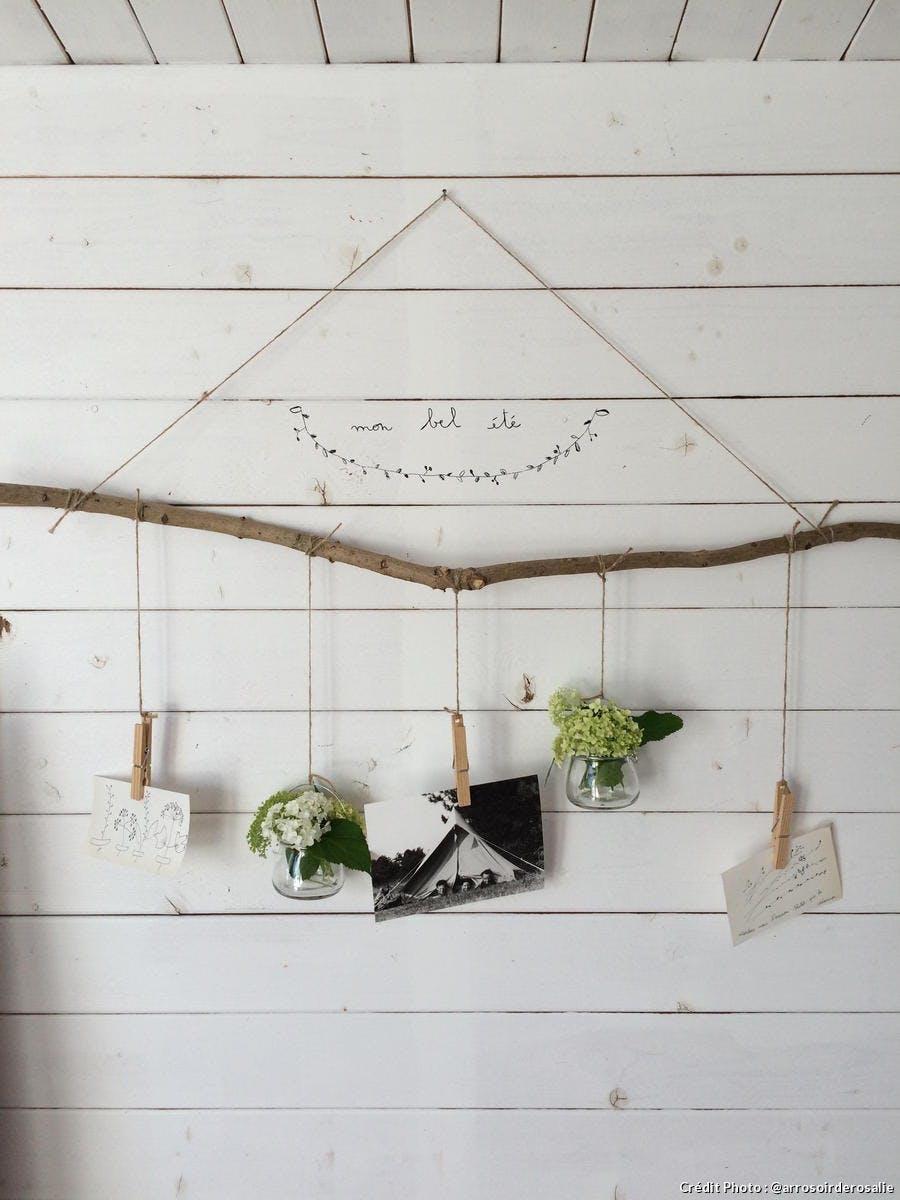 Dans l'abri de jardin une branche suspendue avec des décorations
