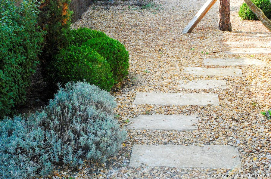 jardin sur gravier avec dalles