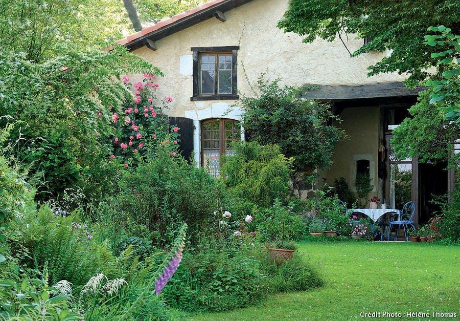 Maison de chaux dans jardin fleuri