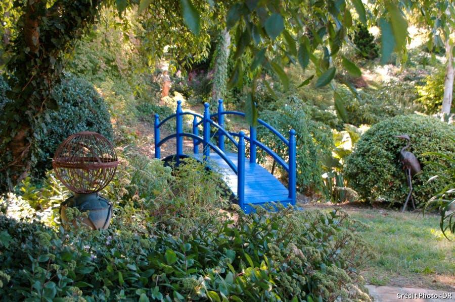 Le Jardin du Bois Marquis avec un pont bleu