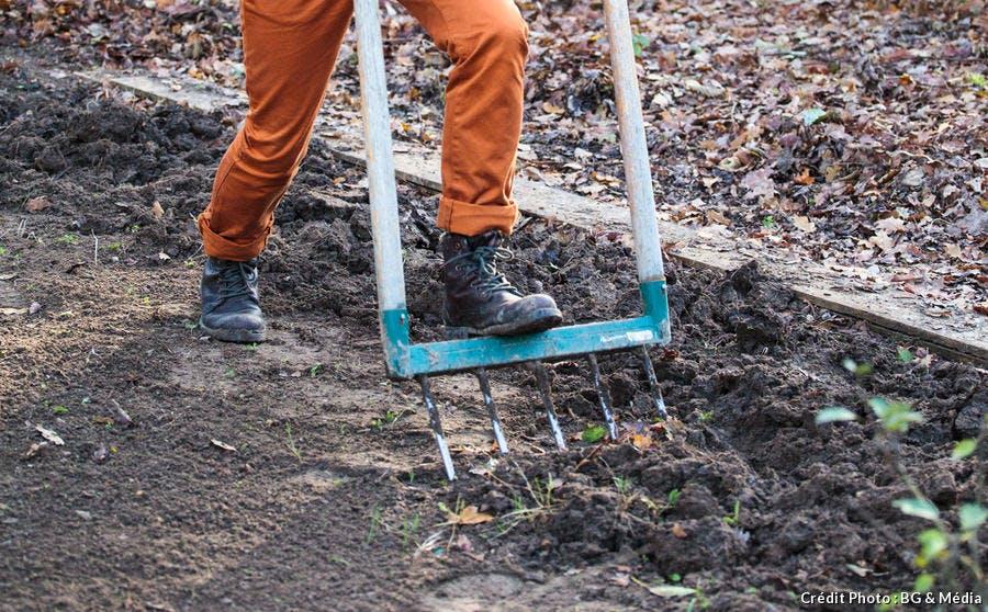 Jardinier qui travaille la terre du potager