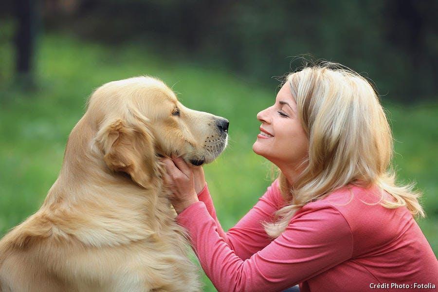 Photo d'une maîtresse caressant son chien