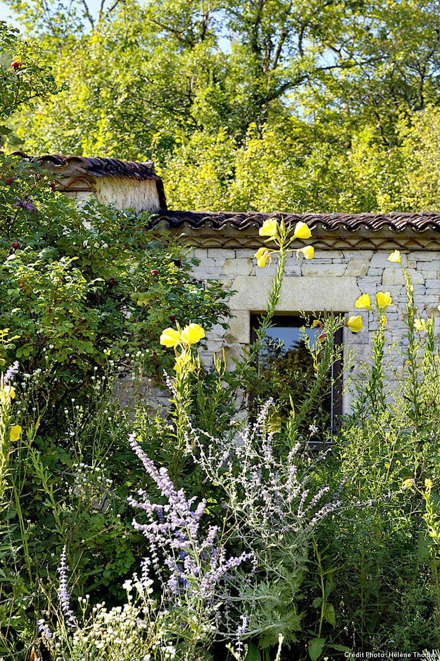 Les jardins de l'Albarède, le gîte rural au milieu des massifs de fleurs