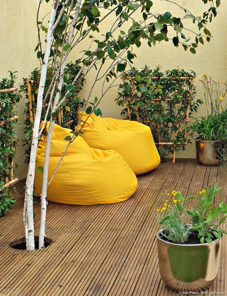 Terrasse en bois et poufs jaunes