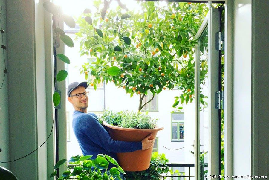 Anders, le jardinier norvégien, sur son balcon avec ses agrumes en pot.