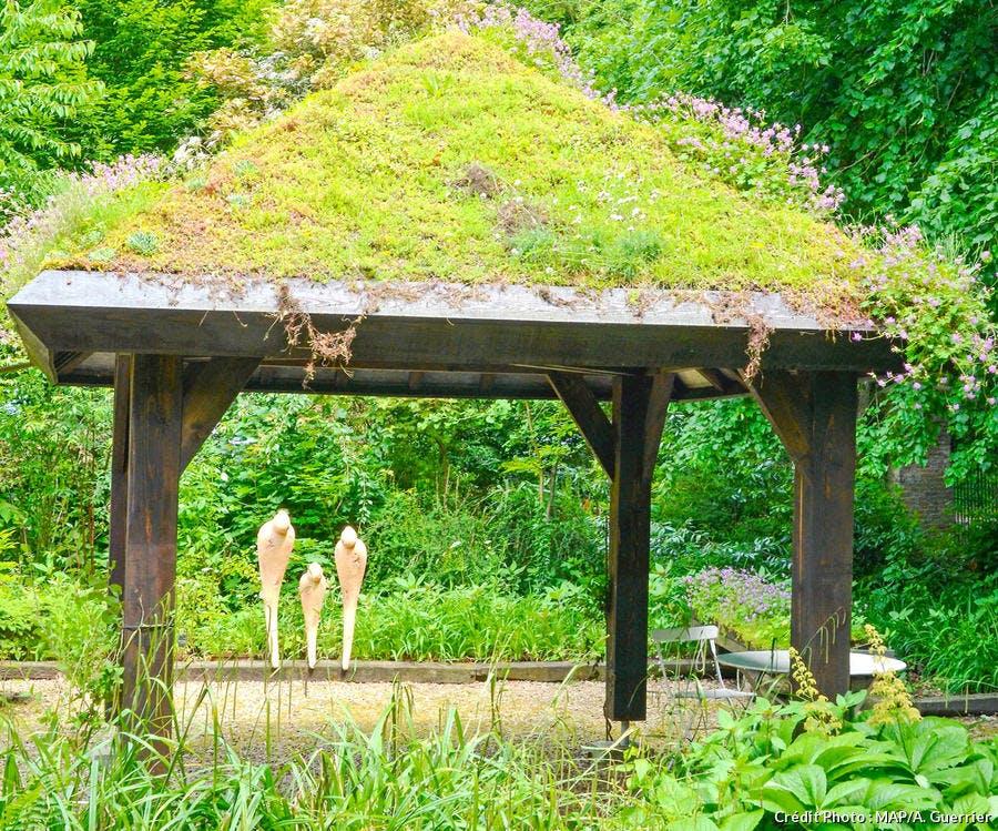 dja-kiosque-de-jardin-toit-vegetalise-jardin-sericourt-map-a-guerrier.jpg