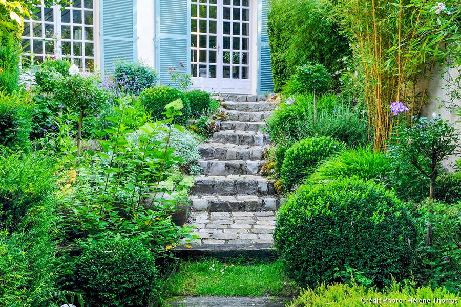 Escalier qui mène de la maison à l'extérieur
