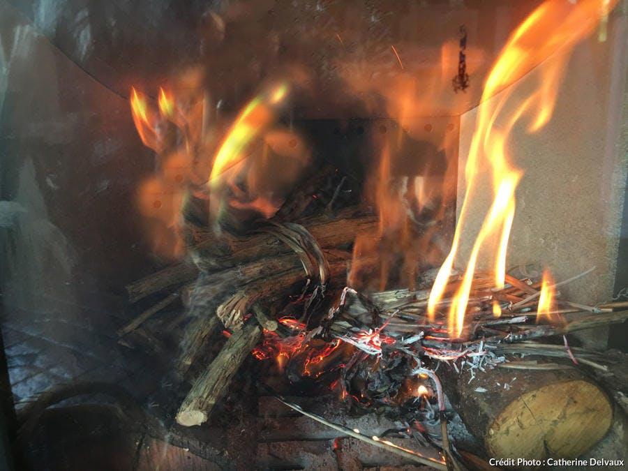 Allume feu maison dans la cheminée