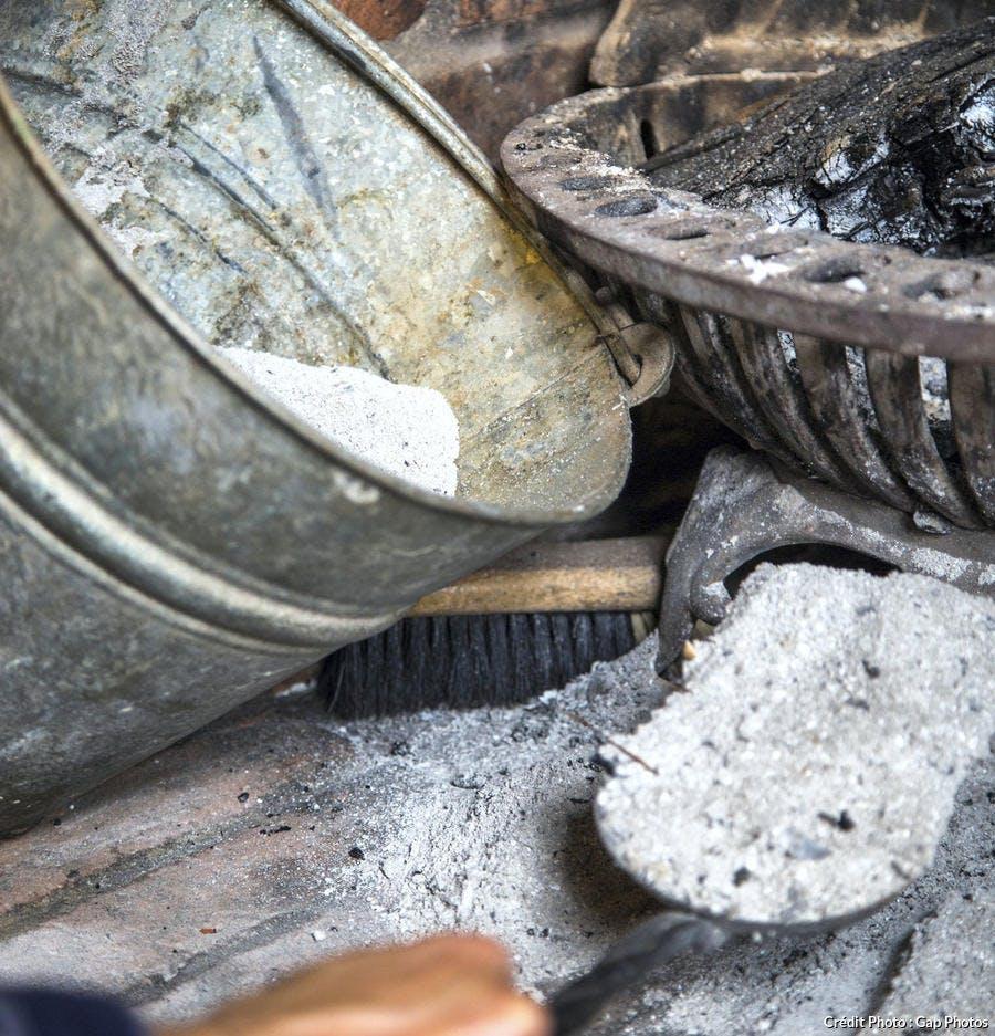 Recycler la cendre de bois au jardin