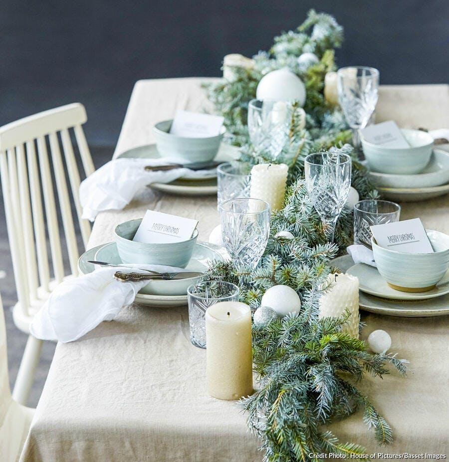 Chemin de table de Noël avec des branches de pin