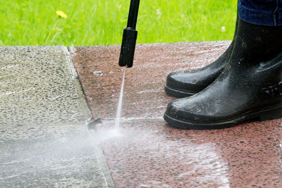 Entretien d'une terrasse avec nettoyeur haute pression