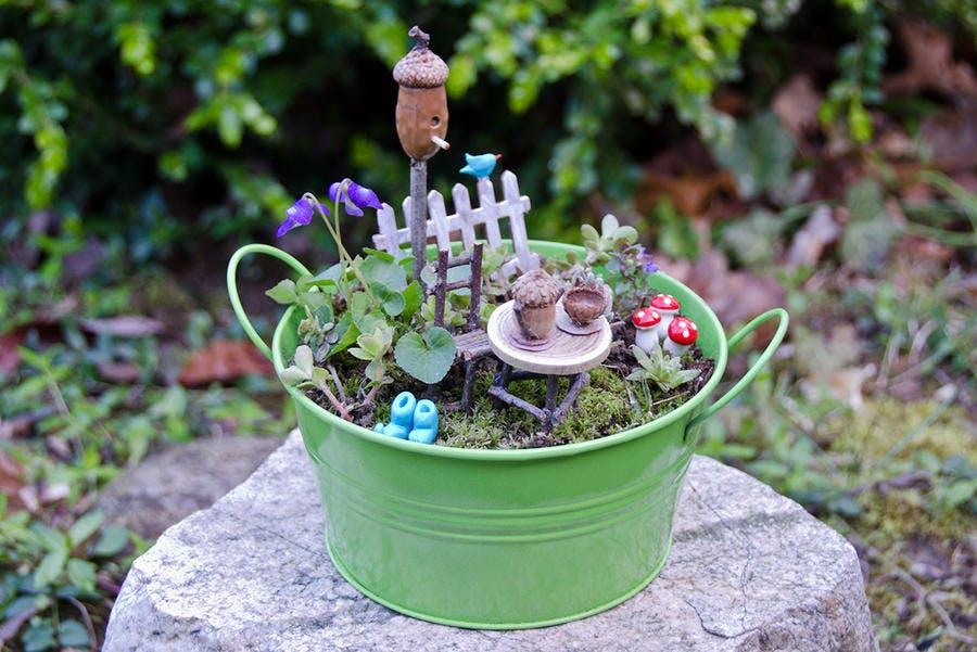 Fairy garden aménagé dans une bassine verte