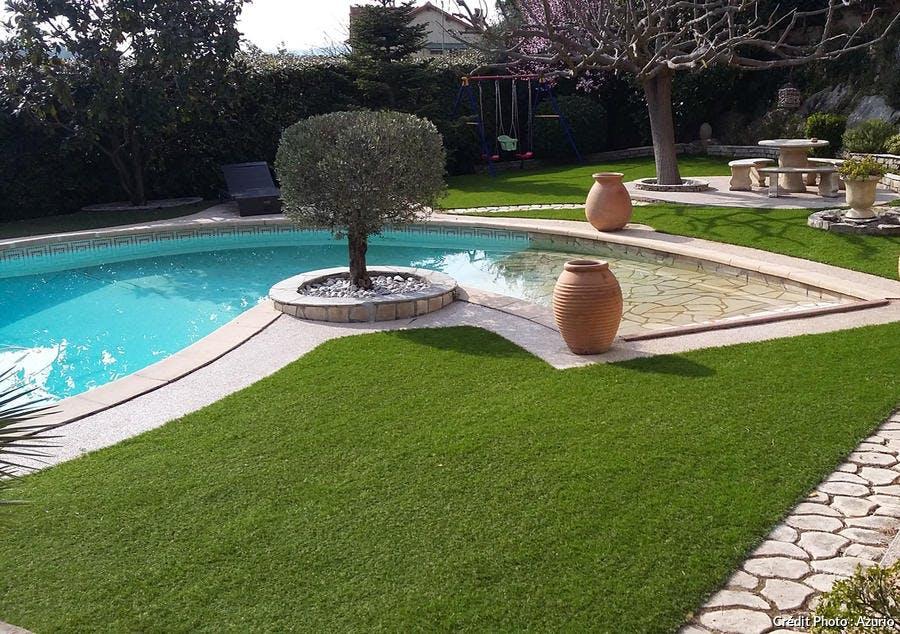 gazon synthétique au bord de la piscine