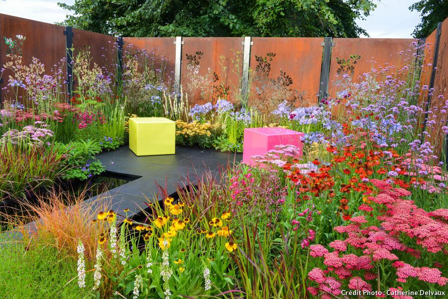 clôture en acier Corten dans un jardin anglais