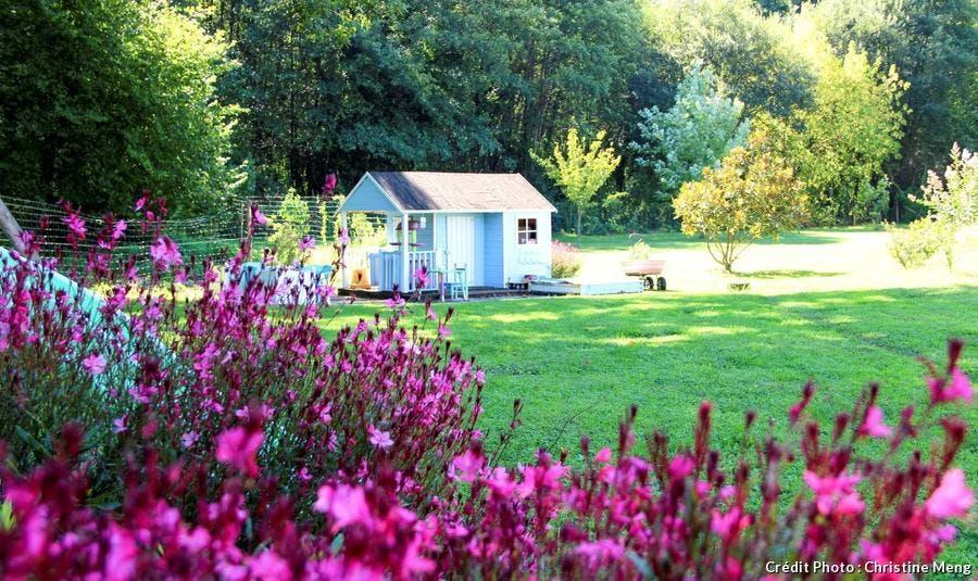 gauras et cabane pour enfants dans le jardin du Médoc