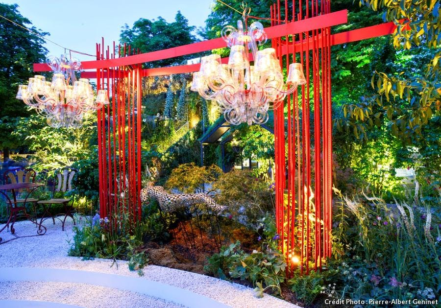lustre éclairé dans le jardin d'Alexandre Tonnerre