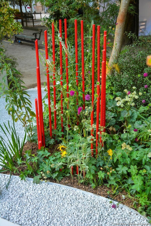 colonne en fer à béton rouge dans le jardin d'Alexandre Tonnerre