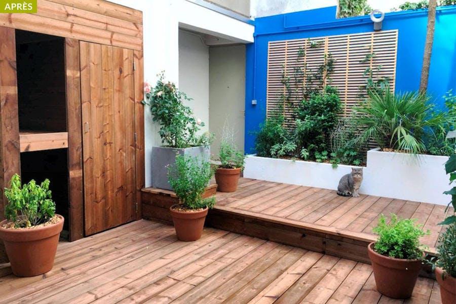 Dans Paris, un patio tout simple est aménagé et peint avec du bleu majorelle.