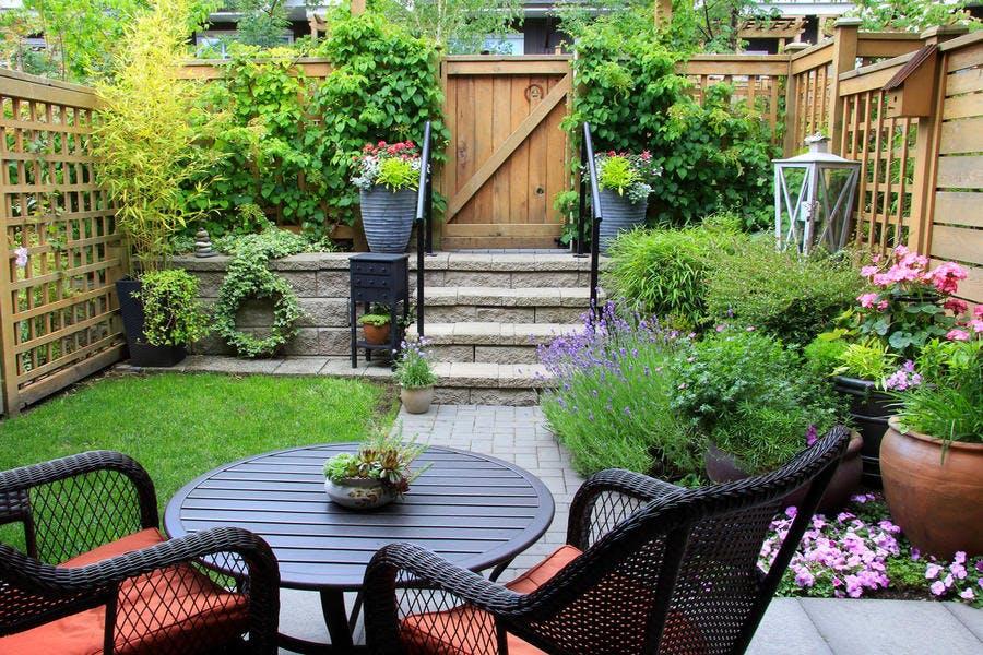 Petit jardin avec mobilier de jardin et gazon