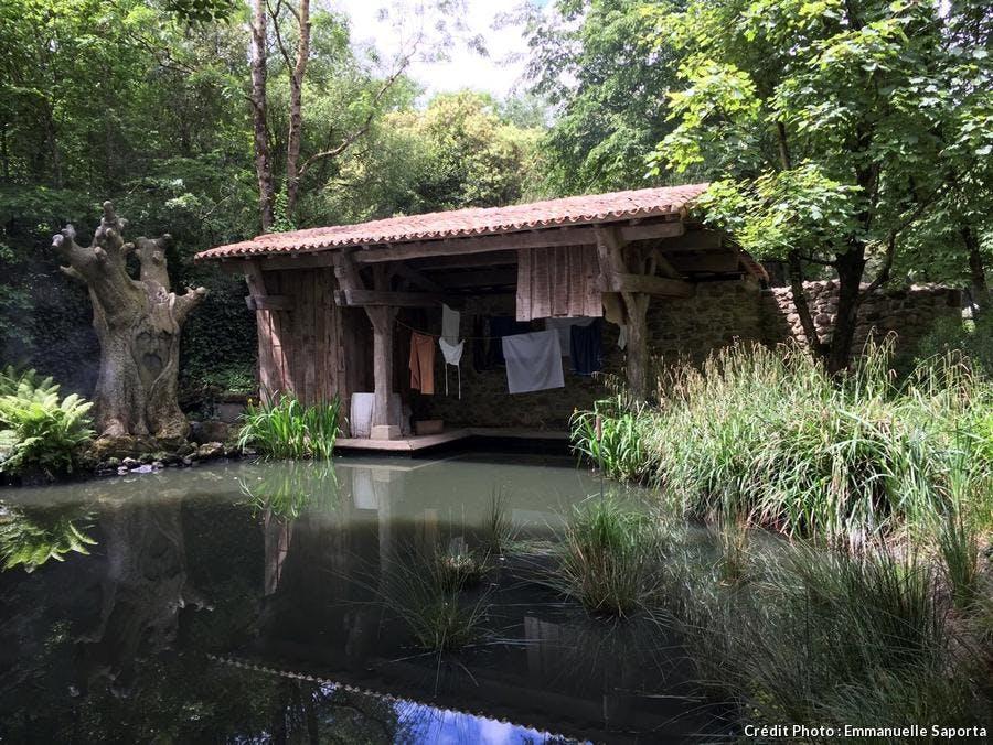 Bassin dans le jardin de La Fontaine au Puy du Fou