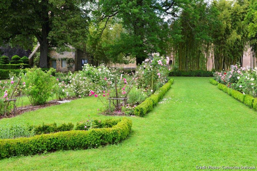 jardin avec roseraie à Ainay le Vieil
