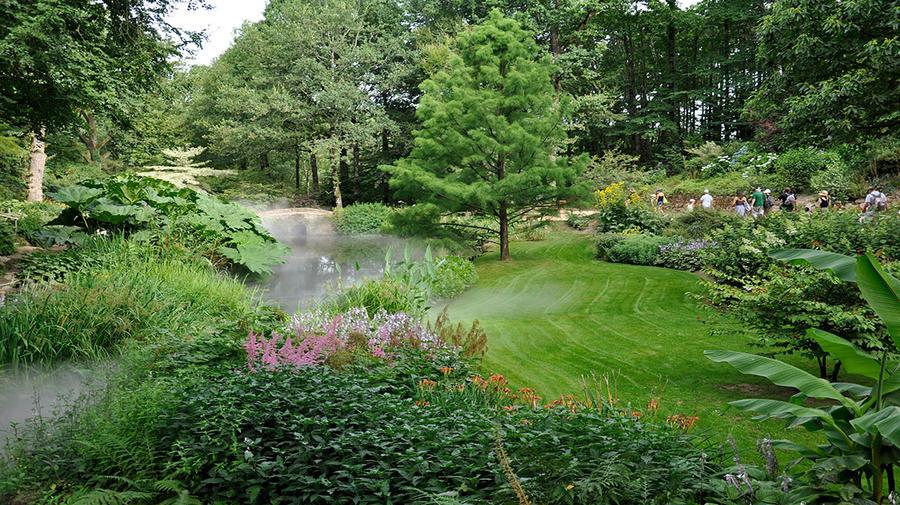 Vallée fleurie dans les jardins du puy du fou en vendée