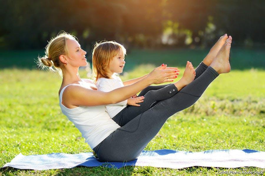 Yoga dans le jardin enfant et femme
