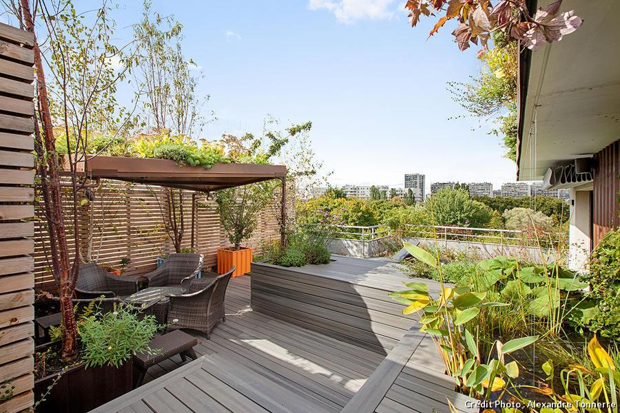 Terrasse en bois dans un jardin d'inspiration maritime