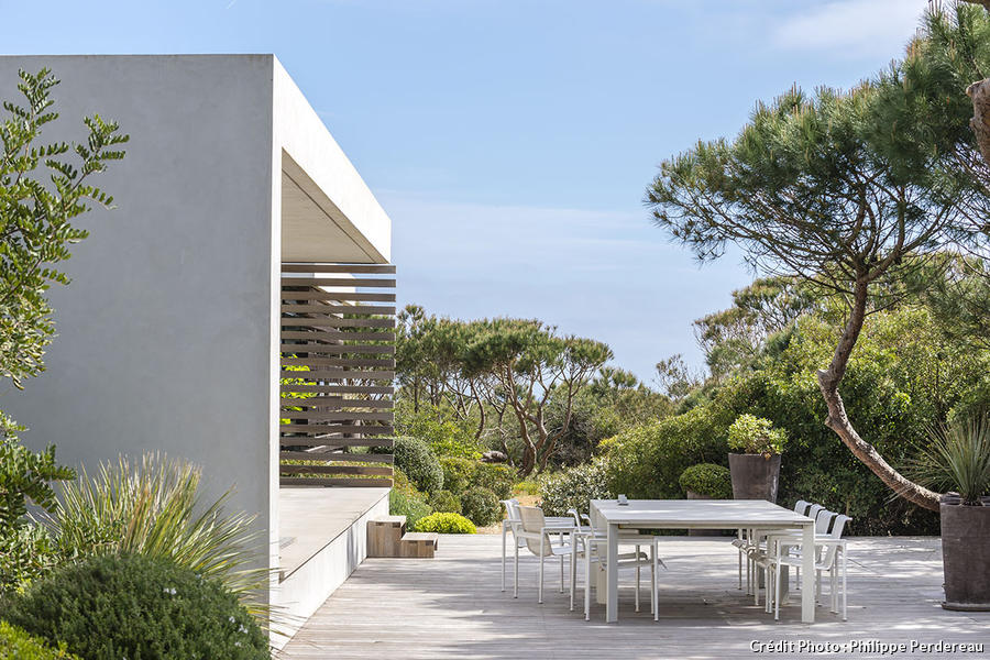 Terrasse méditerranéenne avec plantes en pot