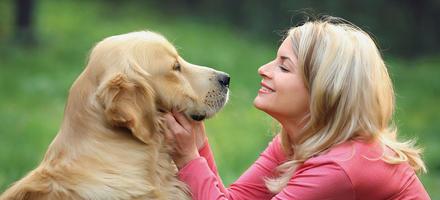 Maîtresse caressant son chien