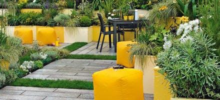 terrasse en pierre avec poufs jaunes