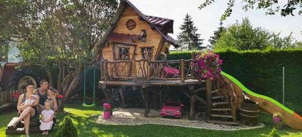 cabane en bois avec la famille dans le jardin