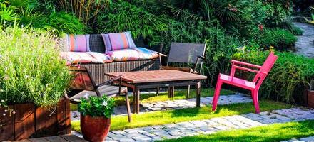 Coin de repos avec des chaises et un banc