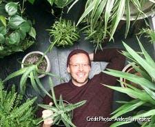 Anders pose au milieu de ses plantes d'intérieur