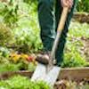Jardinier en train de préparer le sol de son potager